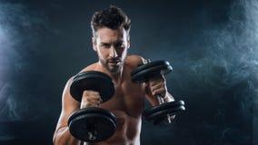 Atrakcyjny mężczyzna weightlifting zdjęcie stock