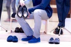 Atrakcyjny mężczyzna wybiera buty. obraz royalty free