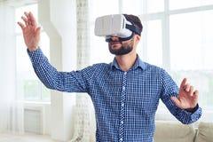 Atrakcyjny mężczyzna z brodą pracuje w VR szkłach zdjęcie royalty free