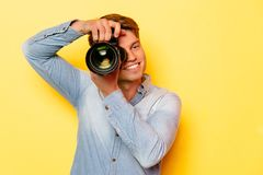 Atrakcyjny mężczyzna z cyfrową kamerą Fotografia Stock