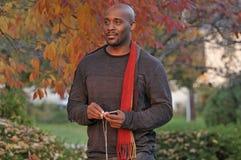 Atrakcyjny mężczyzna z jesieni tłem zdjęcia stock