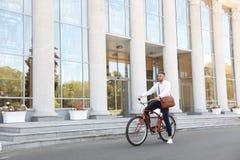 Atrakcyjny mężczyzna z rowerem obraz royalty free