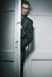 Atrakcyjny mężczyzna za drzwi obraz royalty free