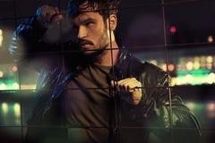 Atrakcyjny mężczyzna za metalu ogrodzeniem zdjęcia stock