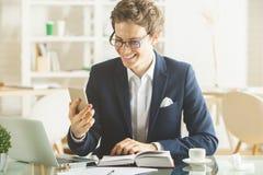 Atrakcyjny męski używa laptop i smartphone Obraz Stock