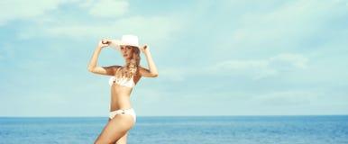 Atrakcyjny, młoda damo jest ubranym dalej, białego kapelusz i nęcącego bikini Zdjęcie Stock