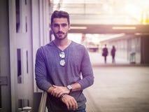 Atrakcyjny młodego człowieka portret w mieście fotografia stock