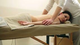 Atrakcyjny młodej kobiety dostawania masaż przy zdrojem Relaksu traktowanie dla ramion, suwak zbiory wideo