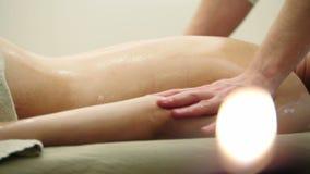 Atrakcyjny młodej kobiety dostawania masaż przy zdrojem Relaksu traktowanie dla ramion, zamyka up zbiory wideo