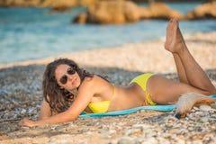 Atrakcyjny młodej kobiety lying on the beach na plaży obrazy stock
