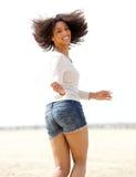 Atrakcyjny młodej kobiety odprowadzenie na plaży zdjęcie stock