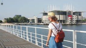 Atrakcyjny młodej kobiety odprowadzenie w Lisbon blisko Tajus rzeki przy parkiem narody zdjęcie wideo