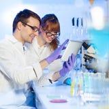 Opieka zdrowotna profesjonaliści w lab. Obraz Royalty Free