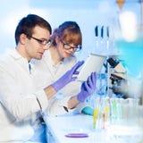 Opieka zdrowotna profesjonaliści w lab. Obrazy Royalty Free