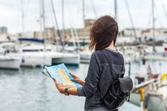 Atrakcyjny młody żeński turysta z mapy rekonesansowym nowym miastem na h Obrazy Stock