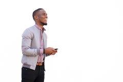 Atrakcyjny młody afrykański mężczyzna z telefonem komórkowym zdjęcia royalty free