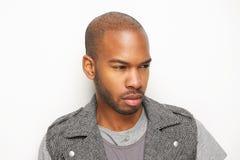 Atrakcyjny młody amerykanina afrykańskiego pochodzenia mężczyzna patrzeje daleko od zdjęcia stock