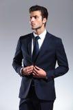 Atrakcyjny młody biznesowego mężczyzna przyglądający up fotografia royalty free