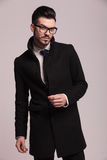 Atrakcyjny młody biznesowy mężczyzna jest ubranym eleganckiego długiego żakiet Obrazy Stock