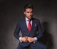 Atrakcyjny młody biznesowy mężczyzna rozpina jego kurtkę fotografia royalty free