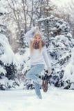 Atrakcyjny młody blondynki dziewczyny odprowadzenie w zimy lasowej Ładnej kobiecie w wintertime plenerowym Będący ubranym zimę od fotografia royalty free
