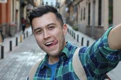 Atrakcyjny młody człowiek bierze śmiesznego selfie zdjęcia royalty free