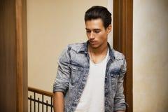 Atrakcyjny młody człowiek indoors Zdjęcie Stock