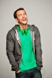 Atrakcyjny młody człowiek jest ubranym hoodie ono uśmiecha się Obrazy Royalty Free