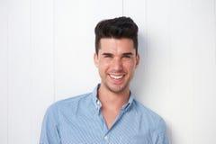 Atrakcyjny młody człowiek ono uśmiecha się outdoors Zdjęcie Royalty Free