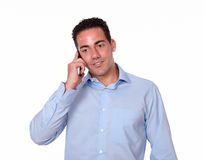 Atrakcyjny młody człowiek opowiada na jego telefonie komórkowym Zdjęcia Royalty Free