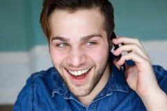 Atrakcyjny młody człowiek opowiada na telefonie Obrazy Stock