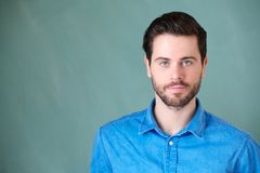 Atrakcyjny młody człowiek patrzeje kamerę z brodą obrazy stock