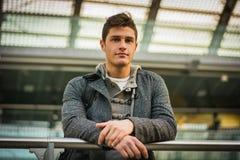 Atrakcyjny młody człowiek wśrodku nowożytnego budynku zdjęcia stock