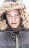 Atrakcyjny młody dorosły mężczyzna w zimie odziewa fotografia royalty free