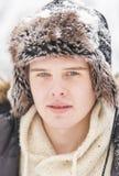 Atrakcyjny młody dorosły mężczyzna w zimie odziewa zdjęcia royalty free