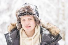 Atrakcyjny młody dorosły mężczyzna w zimie odziewa obraz royalty free