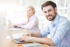 Atrakcyjny młody facet używa laptop Obrazy Stock