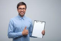 Atrakcyjny młody męski kierownik z pozytywem Obraz Royalty Free
