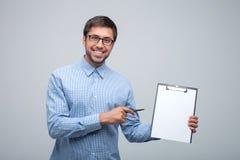 Atrakcyjny młody męski pracownik przedstawia jego pracę Zdjęcia Stock