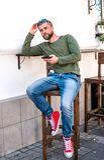 Atrakcyjny młody modnisia faceta obsiadanie w kawiarni fotografia stock