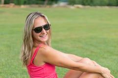 Atrakcyjny młody ono uśmiecha się piękny kędzierzawy blondynka włosy schudnięcia dziewczyny mody portret w różowej koszulce pozuj Zdjęcie Royalty Free