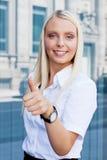 Atrakcyjny młody pomyślny uśmiechnięty biznesowej kobiety stać plenerowy Obrazy Stock