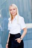 Atrakcyjny młody pomyślny uśmiechnięty biznesowej kobiety stać plenerowy Zdjęcia Royalty Free