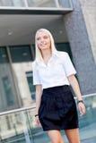 Atrakcyjny młody pomyślny uśmiechnięty biznesowej kobiety stać plenerowy Fotografia Stock