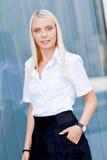 Atrakcyjny młody pomyślny uśmiechnięty biznesowej kobiety stać plenerowy Zdjęcia Stock