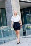 Atrakcyjny młody pomyślny uśmiechnięty biznesowej kobiety stać plenerowy Zdjęcie Stock