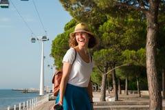 Atrakcyjny młodej kobiety odprowadzenie w Lisbon blisko Tajus rzeki przy parkiem narody Obraz Royalty Free