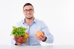 Atrakcyjny młody facet je zdrowego jedzenie Zdjęcia Stock