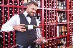 Atrakcyjny młody kelner pracuje w sklepie monopolowym Zdjęcia Stock