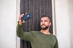 Atrakcyjny młody modnisia facet robi selfie zdjęcie stock